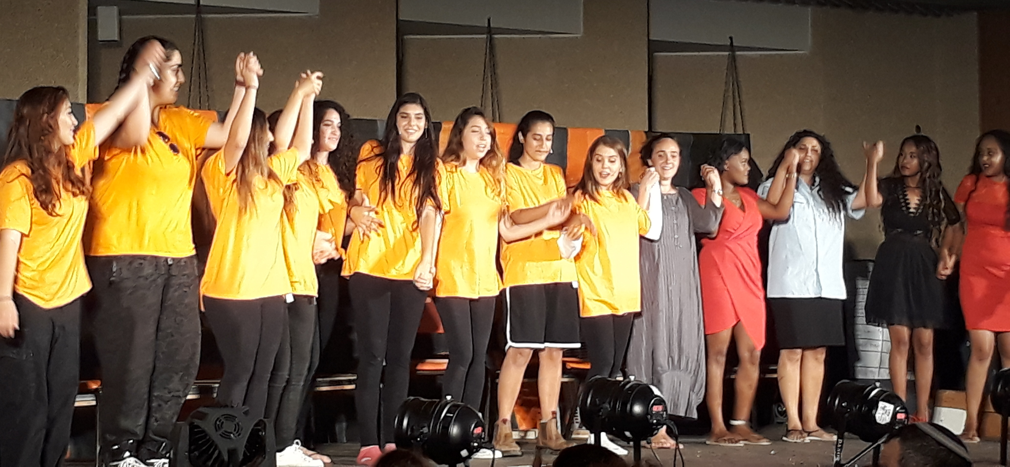 Jonge vrouwen hand in hand op podium