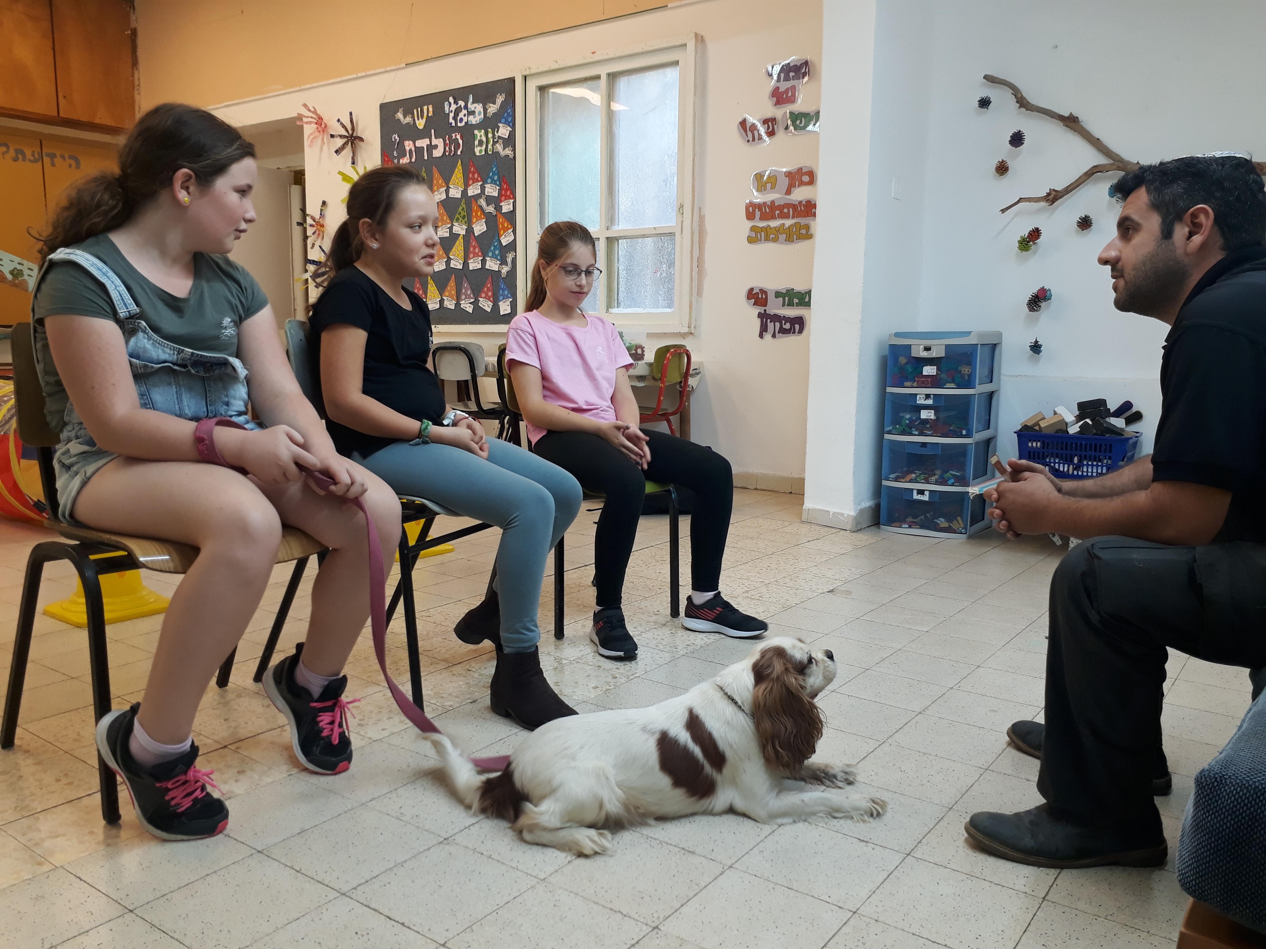 Kinderen en man met een hond