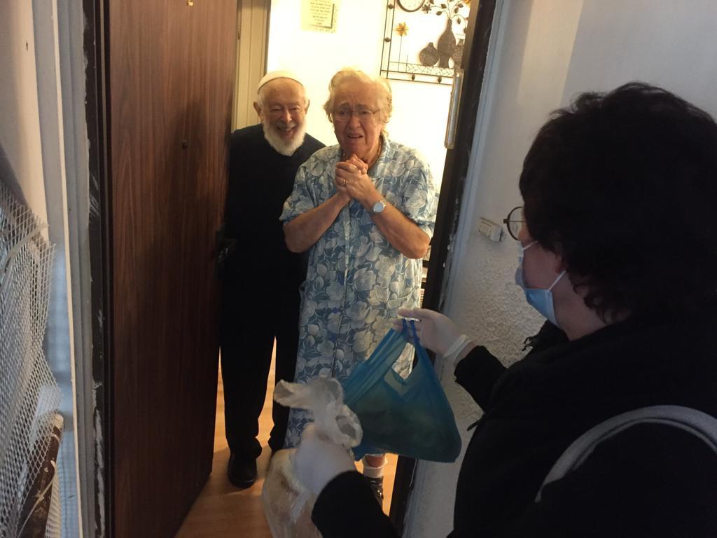 Oude mensen bij voordeur