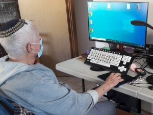 Oude man met computer